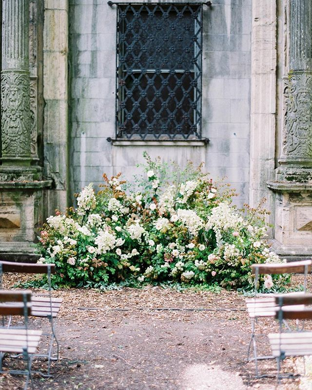 A late summer ceremony nest— inspired by the gardens that flourish in the warmth of this season. ⠀⠀⠀⠀⠀⠀⠀⠀⠀ Could you envision saying your vows among these blooms? ⠀⠀⠀⠀⠀⠀⠀⠀⠀ Photo: @sophiekayephotography  Styling: @emma_natter  Rentals: @rentpatina