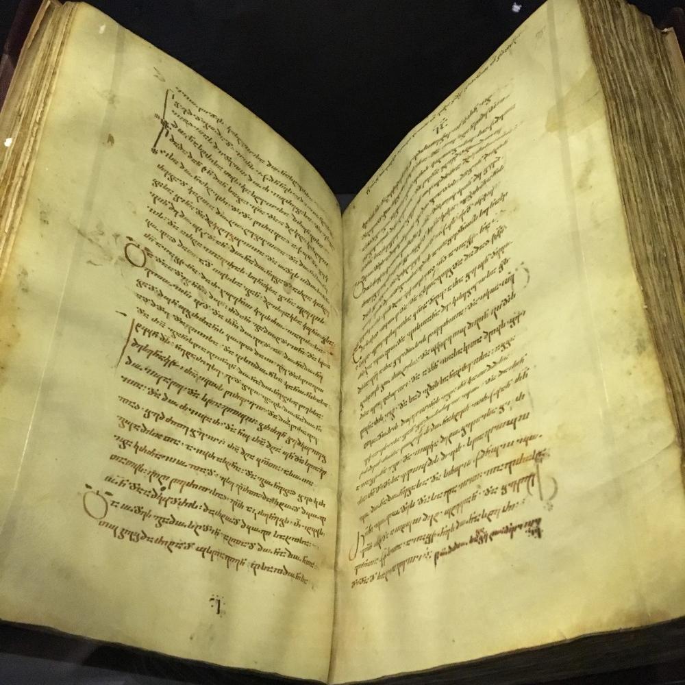 წმინდანთა ცხოვრების წიგნი. მელანი პერგამენტზე. შავი ბერი იოანეს ასლი, მე-11 საუკუნე, წმინდა ჯვრის მონასტერი, იერუსალიმი. ესეც მე გადავიღე