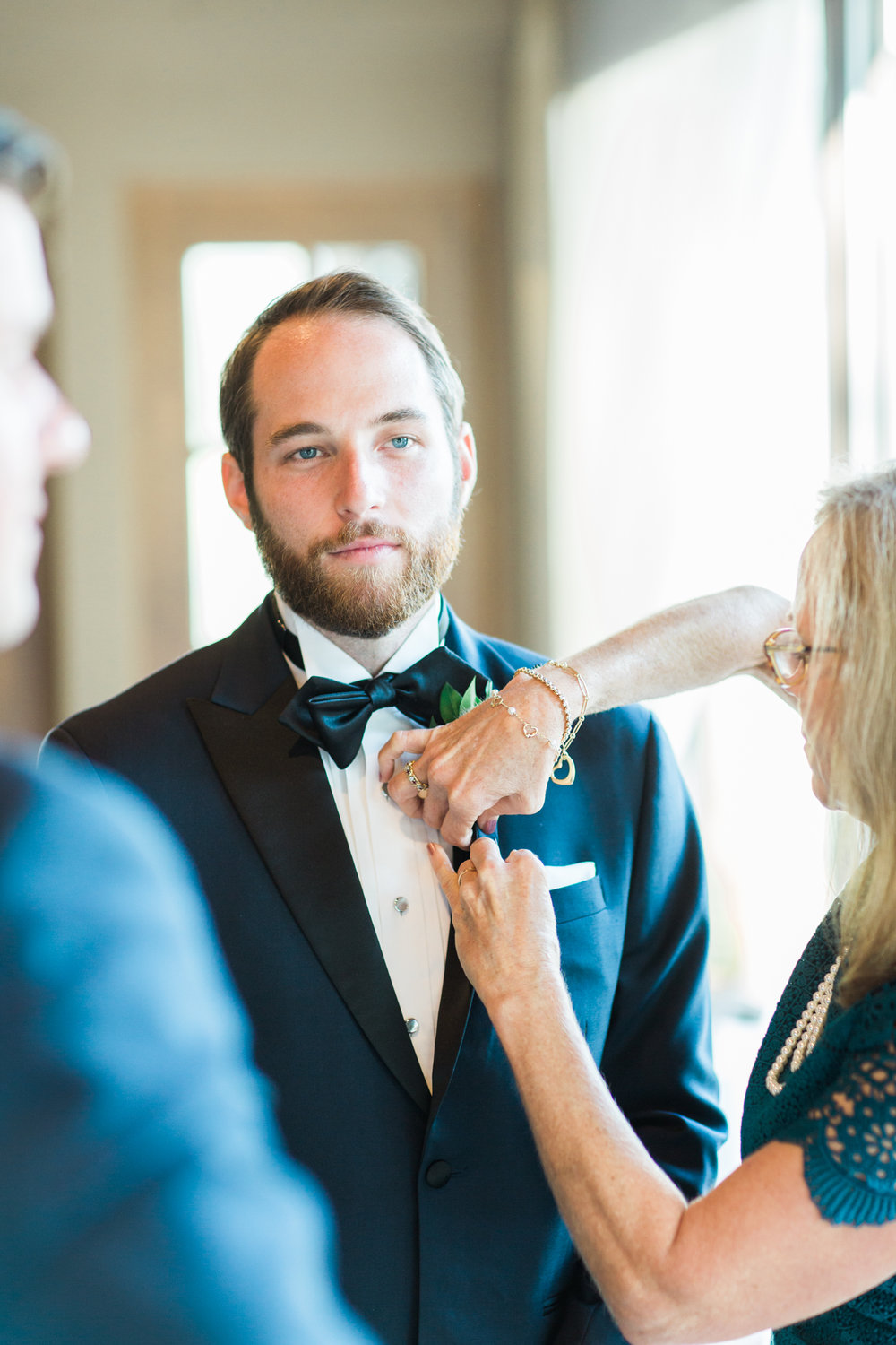 groomsman getting his boutonniere pinned at little turtle club wedding in columbus ohio
