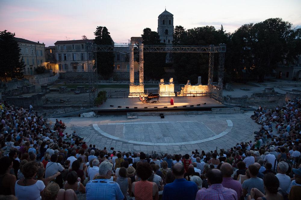 L'amphithéâtre était comble les deux nuits. L'acoustique est excellente et la structure en pierre protège le public des bruits environnants de la ville.