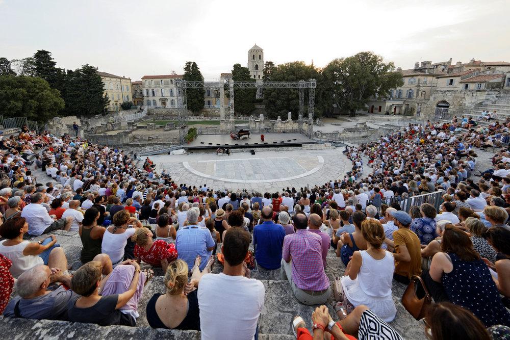 Le Théâtre Antique d'Arles a été construit sous le règne de l'empereur Auguste. Commencé vers 40/30 av. J.-C., il fut achevé vers l'an 12 av. J.-C. Contrairement à l'arène voisine, elle n'était utilisée que pour des productions théâtrales. Après une histoire mouvementée de démolitions et de changements d'utilisation, les vestiges ont été restaurés au 19ème siècle.