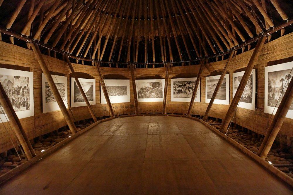 Une quarantaine des photos de Matthieu ont été exposées en noir et blanc, format géant, sur du papier précieux japonais élaboré avec la méthode Awagami. Les origines de cette technique remontent à 1 400 ans.