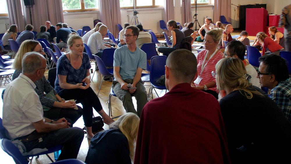 Chaque intervention était accompagnée par des discussions en groupes, suivies d'interactions avec l'intervenant(e).