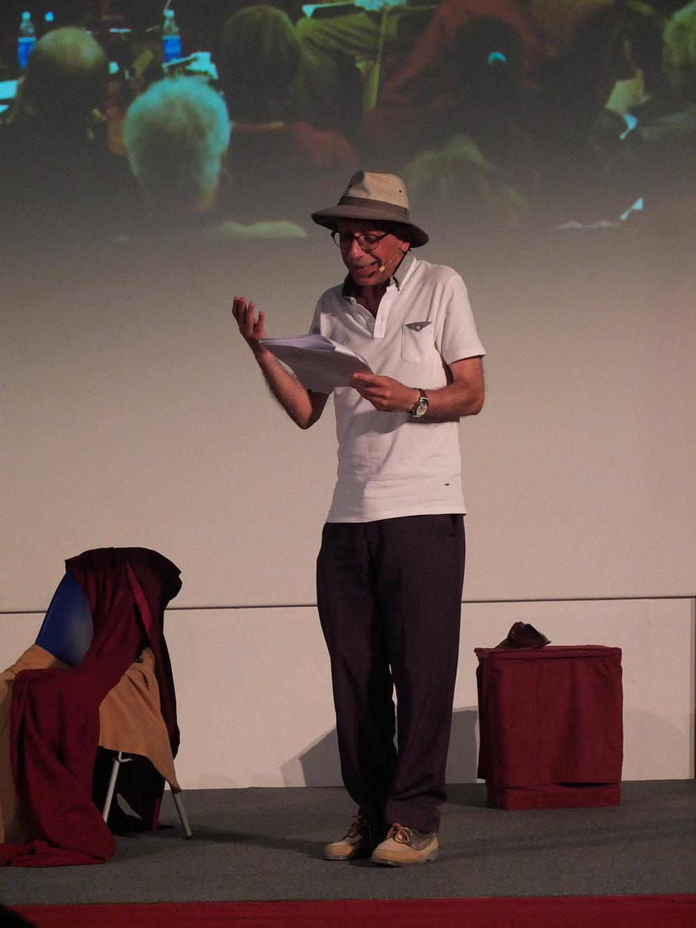 Michel met son chapeau de philosophe.