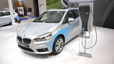 2-serie Active Tourer blir første bil i klassen som både er ladbar hybrid og har firehjulsdrift.