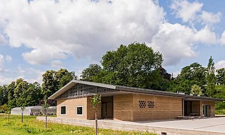 Das 2012 fertiggestellte Lehmhaus, eine Holzkonstruktion mit Wänden aus gestampftem Lehm, ist ein Kurs- und Veranstaltungsraum mit moderner Infrastruktur.Foto:©Merian Gärten