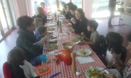 Am Mittagstisch Suppe treffen sich Quartierbewohner jeden Alters. Foto: Neda Schön
