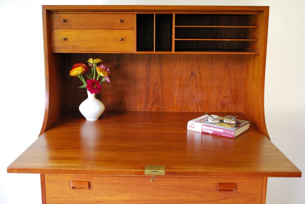 secretarydesk.jpg