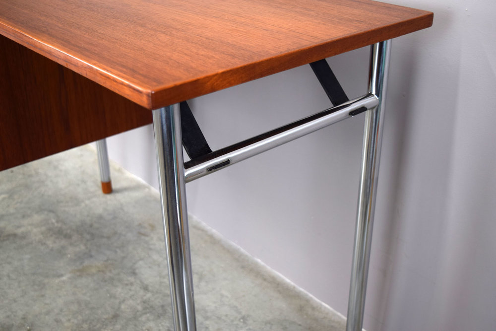 desk_end.jpg
