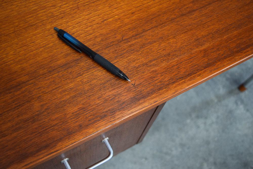 desk_scratch1.jpg