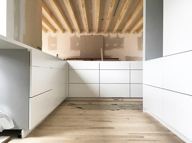 Photo prise en cours de chantier.  Belle collaboration avec @dupontblouin Cuisine par @gepetto_cuisine  Design par @dupontblouin  . . . . . . . . .   #contemporarydesign#contemporarykitchen#montreal#gepettocanada#gepetto_cuisine#highenddesign#designoftheday #designoftheweek#instalike#minimalist#minimalistic#minimaldesign#architecturelovers#house#houseporn#architectureporn #designporn#interioridea#archdaily#archlovers#homedesign#beautifulkitchens#kitchendesign#beautiful#followme#instadaily #instagood#photooftheday#kitchen