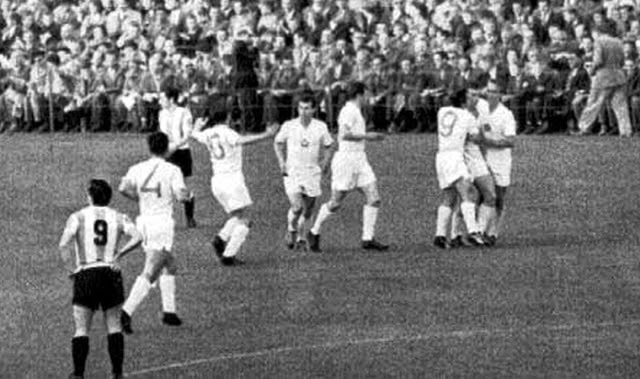 The 6th Czechoslovakian goal being celebrated [above] in what is known in Argentina as 'El desastre de Suecia' (The Sweden disaster).  Recently recruited Argentine Inside Forward, Norberto Menéndez (No.9) looks on in disgust.