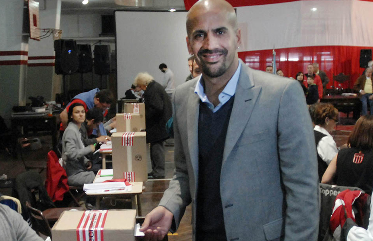 Verón casting his vote.