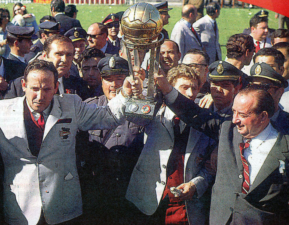 Osvaldo Zubeldía [left] with Estudiantes de La Plata's 1st ever Copa Libertadores trophy in 1968.