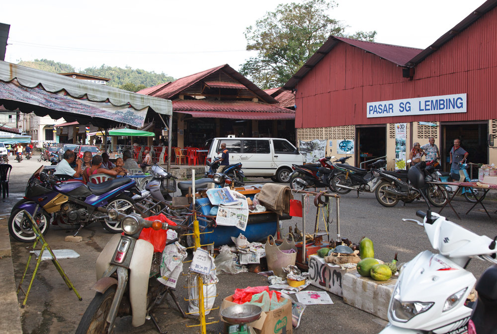Pasar Sungai Lembing on a Friday afternoon. The town livens up as the weekend crowd roll in.