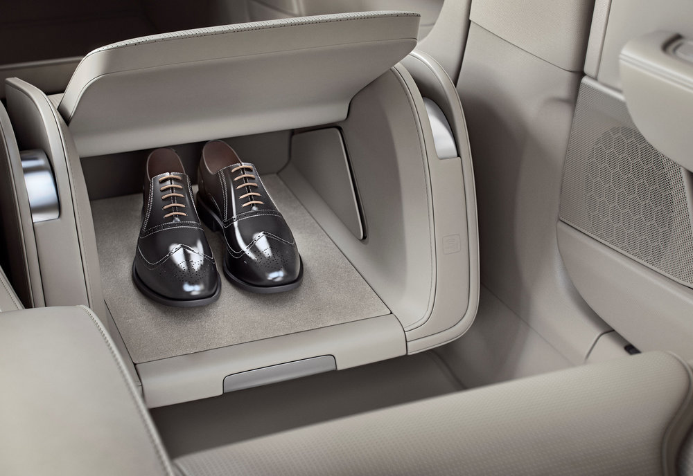 199964_Volvo_S90_Excellence_interior_lounge_console.jpg