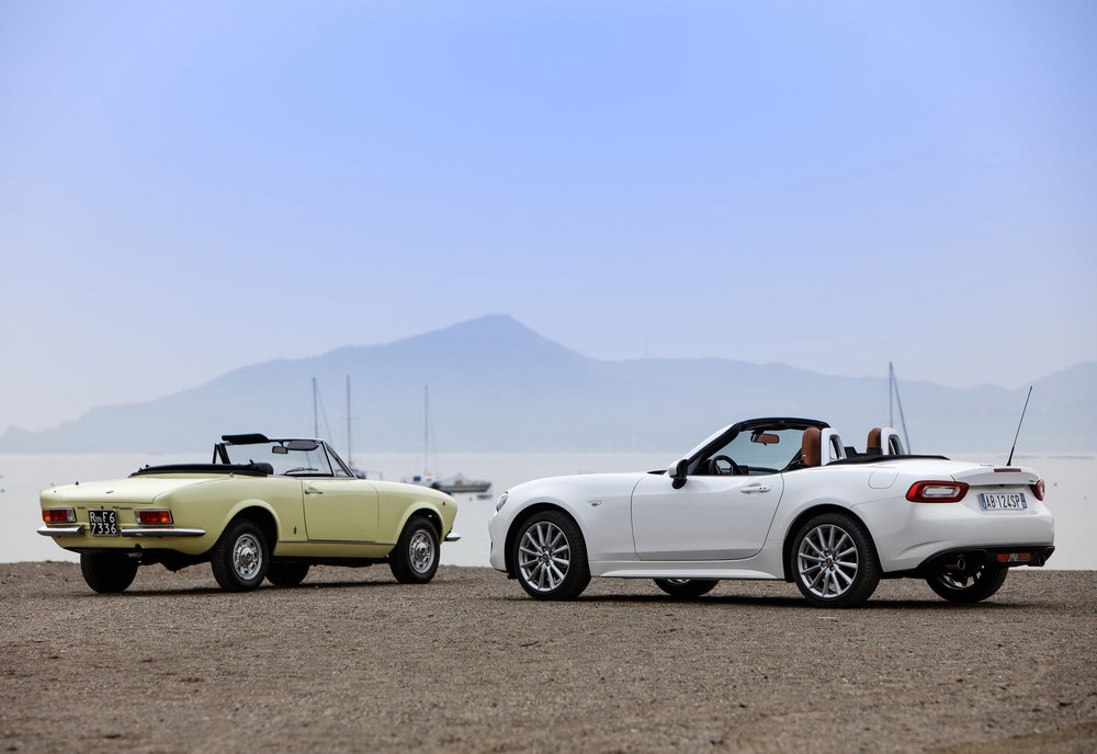 Classic-Fiat-124-Spider-and-New-Fiat-124-Spider_16.jpg