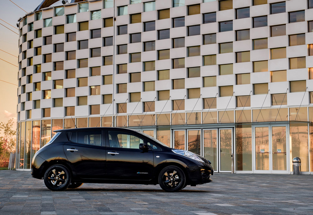 426160839_Nissan_reveals_stylish_new_LEAF_Black_Edition.jpg