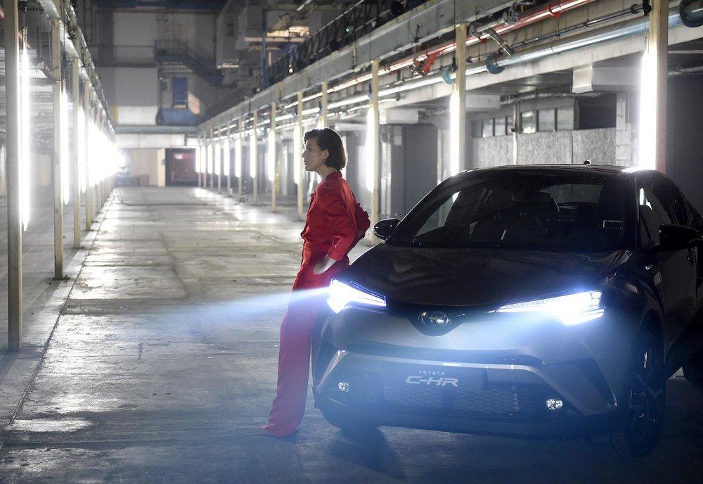 Milla-Jovovich-Toyota-C-HR-7.jpg