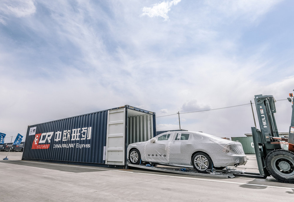 208623_First_China_built_Volvo_S90_sedans_arrive_in_Europe_via_ground_breaking.jpg