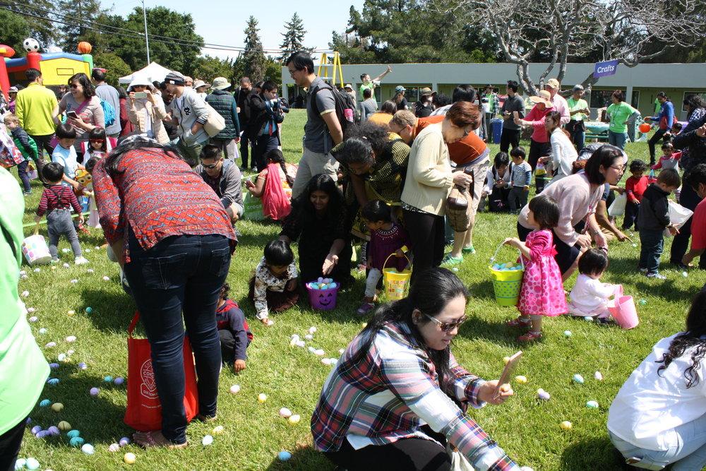 家长们也忙着帮忙捡蛋和拍照。