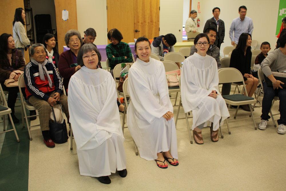 准备受洗的三位姐妹。