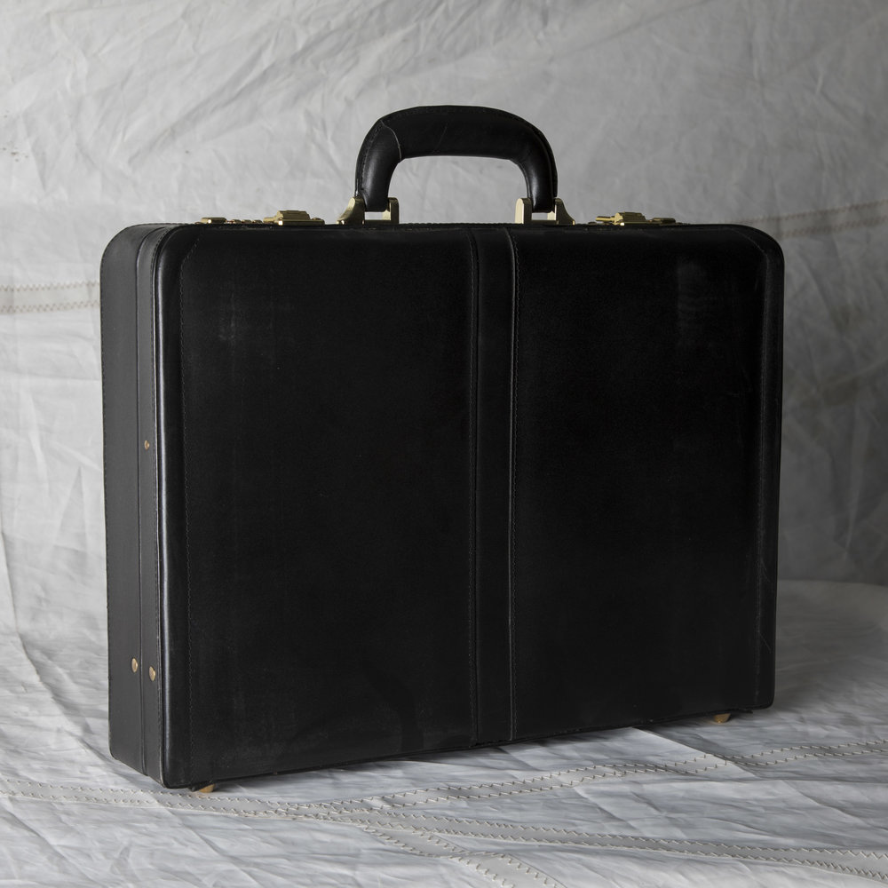 "LUGGAGE 01 MODERN BLACK LEATHER BRIEFCASE 18"" L x 13"" W x 4"" D"