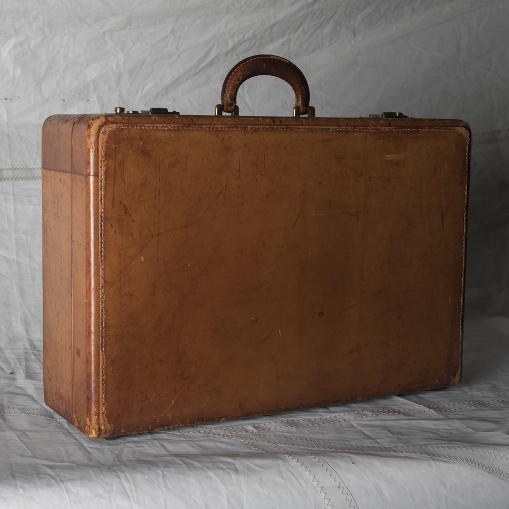 "LUGGAGE 12 VINTAGE BROWN LEATHER SUITCASE 21"" L x 14.5"" W x 7"" D"