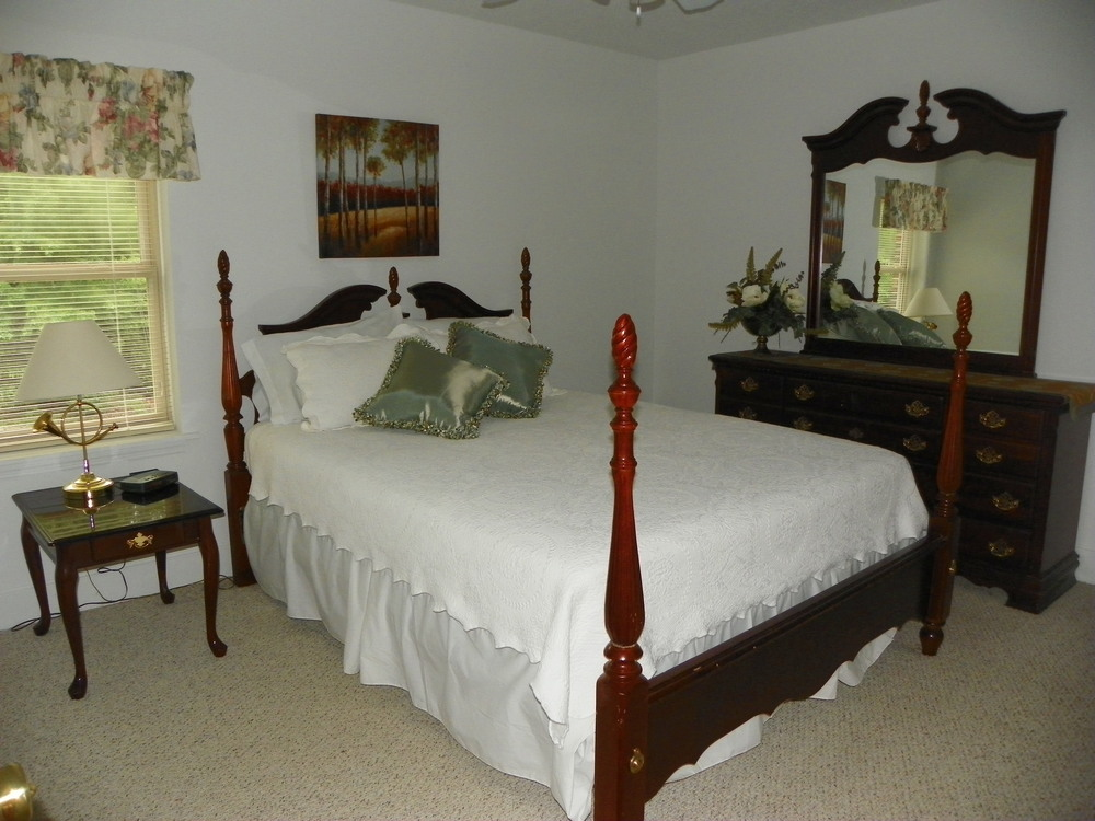 Pointe View Lodge upstairs queen bed room