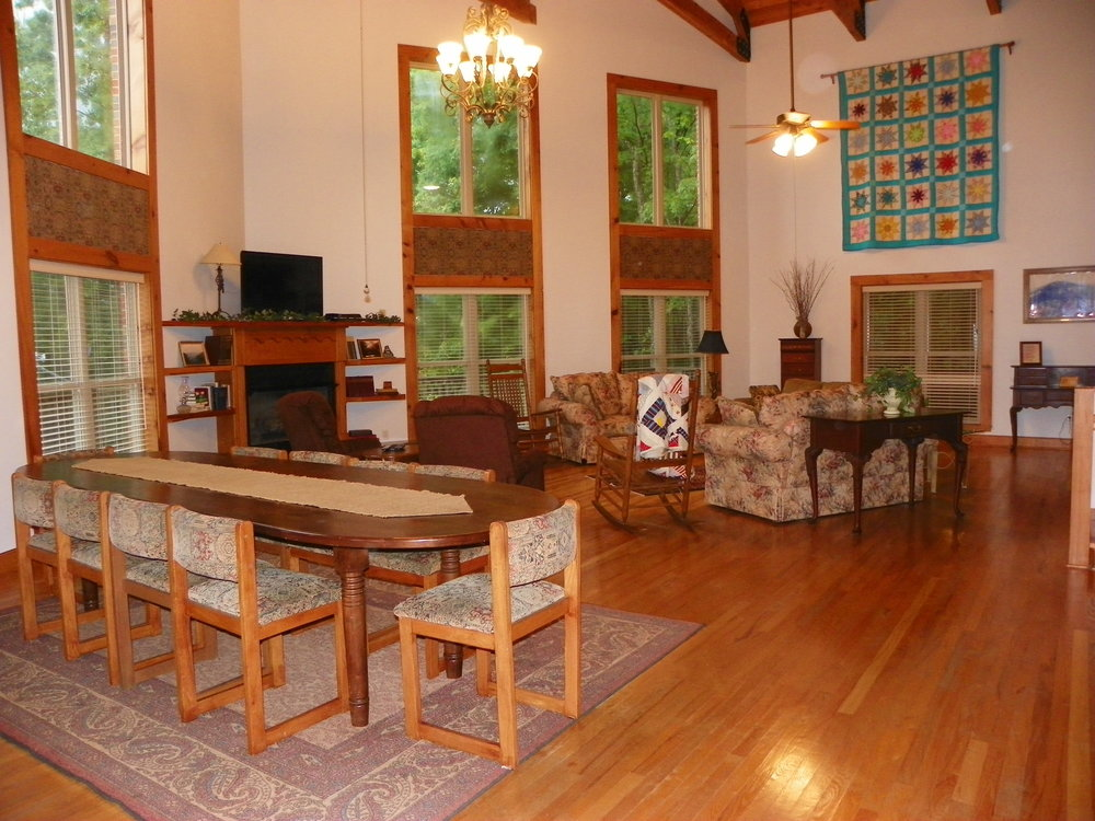 Family-friendly living room at Pointe View Lodge