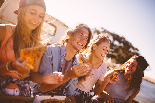 Friends eating pizza.jpg