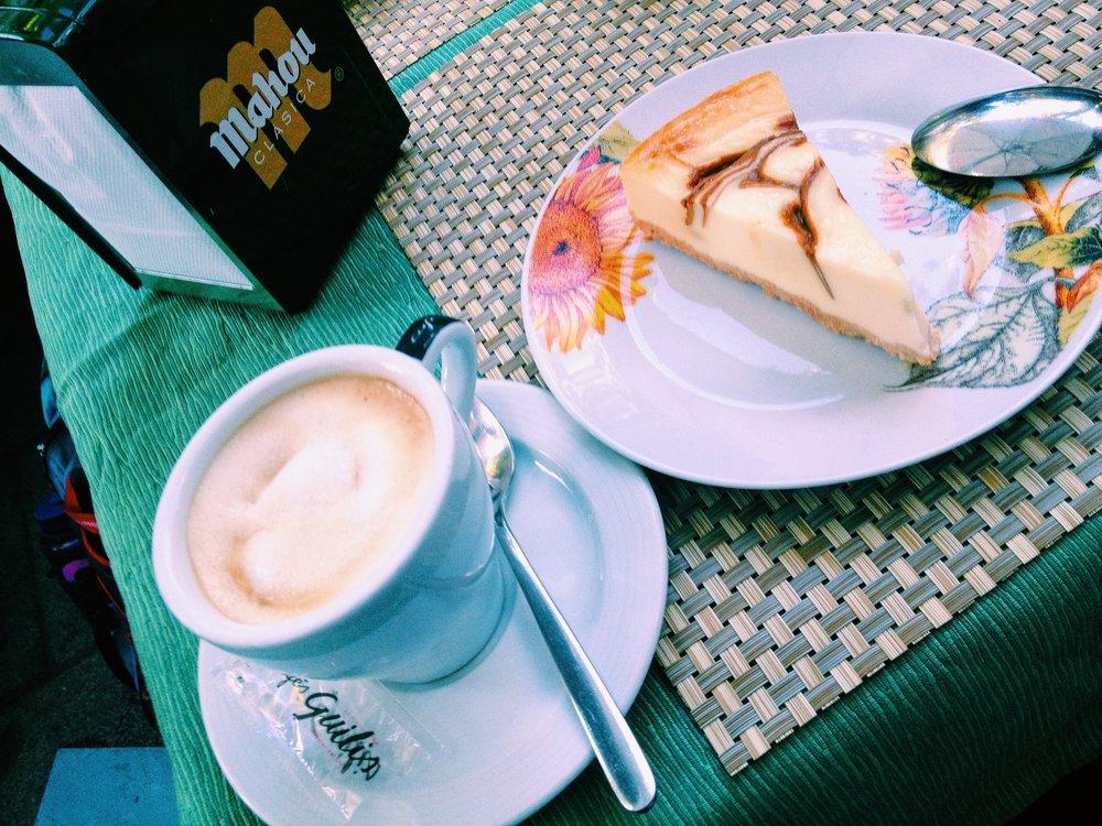 En Madrid con mi cafe con postre.