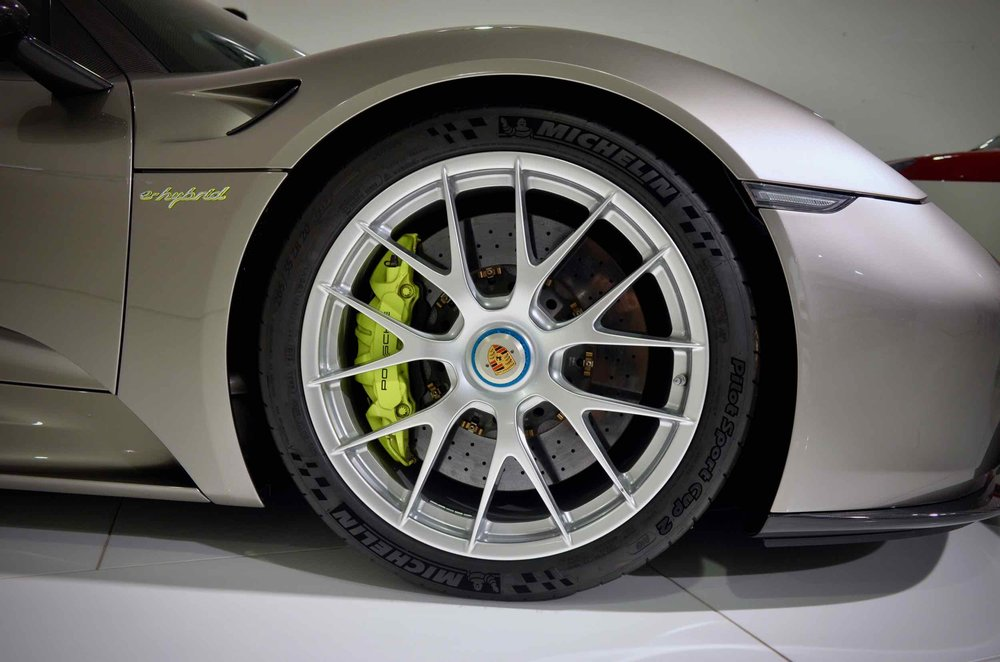 The hi-viz yellow brakes with the warm silver is a striking combination