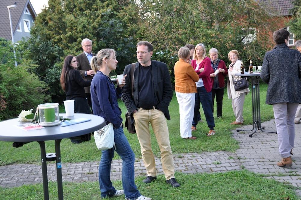 Mitwirkende und Gäste beim Imbis nach der Veranstaltung