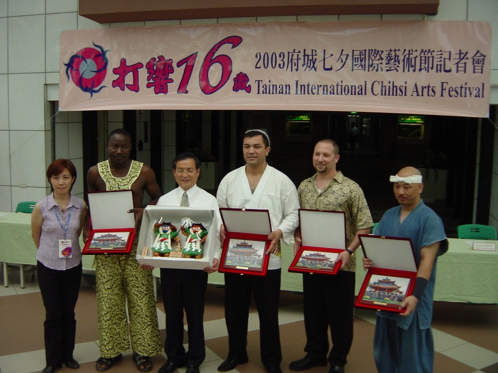 Randy in a gift exchange with the Mayor of Tainan city and group leaders from Ivory Coast, Uzbekistan, and Japan. Taiwan 2003
