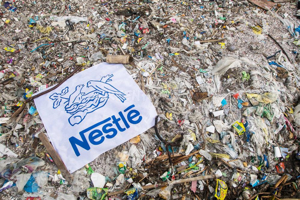 Grandes marcas em lixões, aterros e praias: pesadelo do marketing.