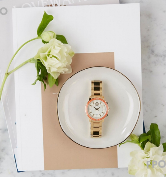 MD_ToryBurch_Smartwatch_Story_HolidayOutfits_Square_2.jpg