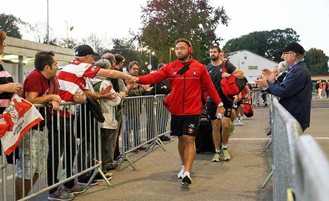 Motu Matu'u greets the Gloucester fans on arrival at the Stade du Hameau before their match vs Pau. Unfortunately Gloucester went down 27-21 in a tight match and will be looking to bounce back vs Agen next week. #MotuMatuuGCPSport #GCPWolfPack #GCPSportFamily #Gloucester #GloucesterRugby #TRAINHARDTRAINSMART 📷: @officialgloucesterrugby