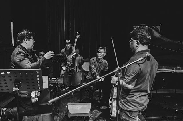 #throwback Behind-the-scenes of concert Origins & Beyond (dec 2019). Saxophonist Teo Boon Chye, violinist Lazar T.Sebastine, musc director/composer-pianist Tze Toh and bassist Miyata Masato.  Photo by @wyuet