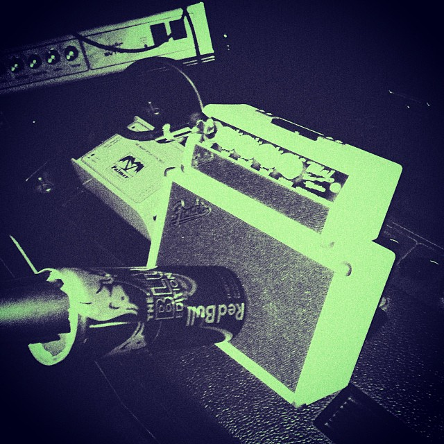 Red Bull+Mini Fender Amp= the DESHIELO guitar sound. Listen here: http://goo.gl/h0sOqe #redbull #fender #glowinthedark (at Nave de Música)