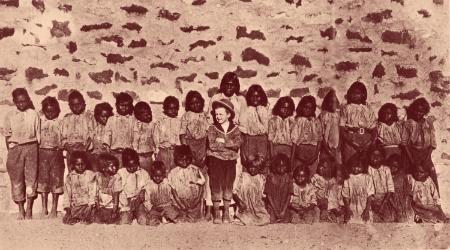 Théodore, fils de missionnaire, né en 1908, et élevé seul blanc, parmi les aborigènes de la tribu des Arandas. En plein coeur du désert australien. Il entreprend des études classiques, puis revient vivre avec les Arandas, qui l'autorisent à enregistrer toutes leurs us et coutumes. Les anciens lui proposent même de photographier des cérémonies tenues secrètes jusqu'alors : ils savent que leur culture est en train de disparaître, et veulent laisser un témoignage.