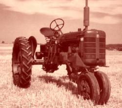 Tracteur américain Farmall. Il était très maniable, il pivotait en bloquant une des deux roues motrices.