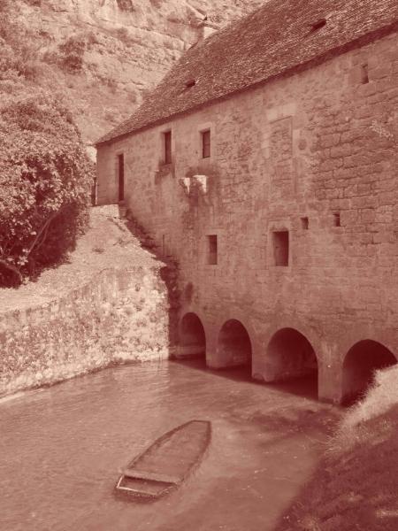 Moulin à eau de belle taille, ses secrets de fabrication (mécanique des meules ) étaient bien gardés : pour y entrer, il fallait montrer patte blanche ! L'entrée était même défendue par des meurtrières.