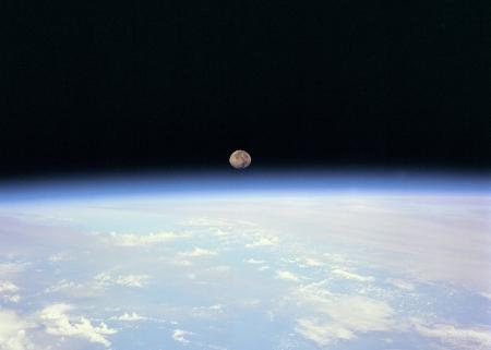 L'atmosphère, fine couche d'air protégée par la couche d'ozone.