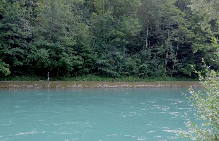 Les fleuves suisses sont souvent indemnes de phosphates, nitrates. Leur couleur, turquoise pâle, cyan presque, est somptueuse.