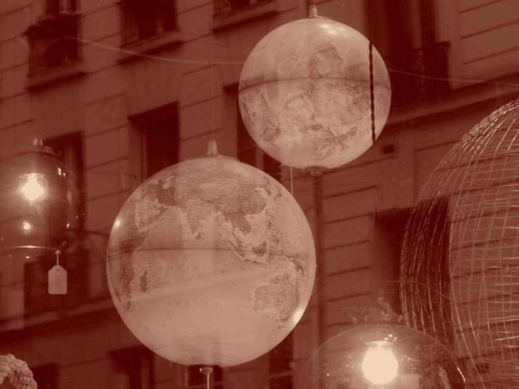 Une boule à l'endroit, une à l'envers dans un vent de folie.