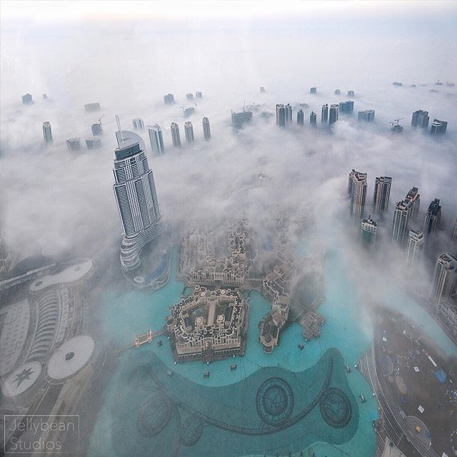 There is something truly magical about being at the top of the tallest building in the world, Burj Khalifa and watching the fog creep in around the buildings bellow in Downtown Dubai. I recommend heading up Burj Khalifa on a Vist to Dubai as it truly does give you an amazing over all perspective and view of this ever transforming city. 🌃 ❤️