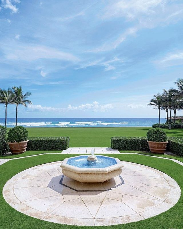 Just totally in love with this clean and classy restoration that David Easton carried out on this stunning Palm Beach mansion 🌴🌊 documented by @archdigest. The light stone fountain with the green gardens and waves rolling in create the most classy and elegant beach garden.