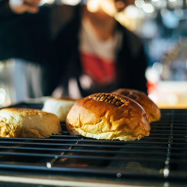 今日はハンバーガーの日。シュマッツビアスタンドではただいまシュニッツェルバーガーを仕上げ中。シュニッツェルは、ドイツ人のソウルフードで、薄く叩き伸ばし、パン粉をまぶしてサクっと揚げたポークカツレツ。そのままでも美味しいけど、秘伝のソースをトッピングしてバーガーにするのがシュマッツスタイル。一味違うバーガーを召し上がれ。  Happy National Hamburger Day!! Here's a behind-the-scenes peek of our Schmatz Beer Stand's burger! It's not just any ordinary burger but a soft bun filled with a crispy and succulent pork schnitzel, fresh lettuce and tomato, our secret sauce and your choice of topping, all lovingly prepared by our Beer Stand team! Go on, you know you want one!  #schnitzel #schnitzelburger #hamburgerday #ハンバーガーの日 #ハンバーガー #シュニッツェル #シュマッツ #シュマッツビアダイニング #お疲れ様です #乾杯 #ビール #ドラフトビール #クラフトビール #ドイツビール #地ビール #東京 #beertender #tokyobeer #tokyofood #tokyo #craftbeer #craftbeer #beeroftheday #beerstagram #beertime #germanbeer #japanesebeer #commune2nd