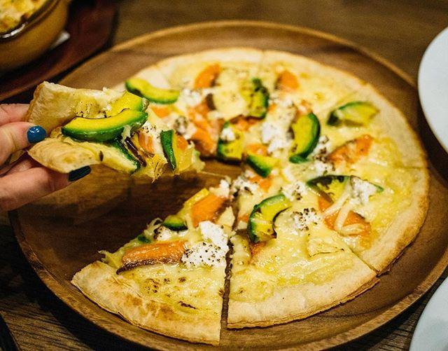 シュマッツ神田限定、『アボカドとスモークサーモンのピザ』は、ドイツでも人気の一品です。カッテージチーズを使っていて、レモンをたっぷり絞ってご提供します。週末はみんなでシュマッツのピザを囲んでビールで乾杯♪  Have you tried our pizzas yet? At Schmatz Kanda we have three types - this one is avocado and smoked salmon with a squeeze of lemon to create a mouth-watering plate to share!  #pizza #ピザ #シュマッツで週末 #シュマッツ #シュマッツビアダイニング #お疲れ様です #乾杯 #ビール #ドラフトビール #クラフトビール #ドイツビール #地ビール #東京 #beertender #tokyobeer #tokyofood #tokyo #craftbeer #craftbeer #beeroftheday #beerstagram #beertime #germanbeer #japanesebeer #神田
